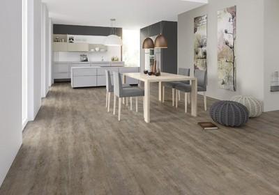 Essbereich in einer modernen Küche, Holzboden von Raumausstatter Felbermeier.
