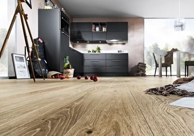 Küche mit Holzboden.