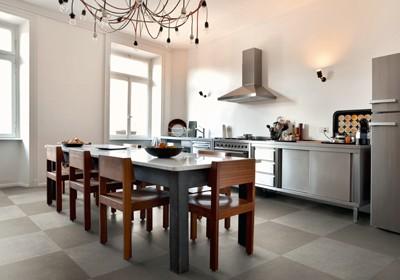 Küche mit Essbereich und gefliestem Boden. Fliesen als Bodernbelag.