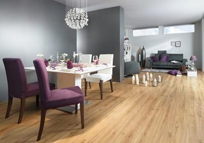 Holzboden als Bodenbelag im Esszimmer. Esstisch ist gedeckt mit schönen Gläsern und Tellern.