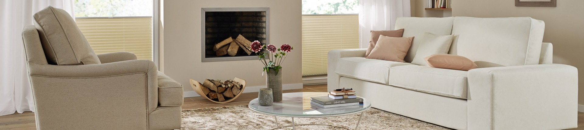 Ein Wohnzimmer mit Sofa und Feuerstelle.