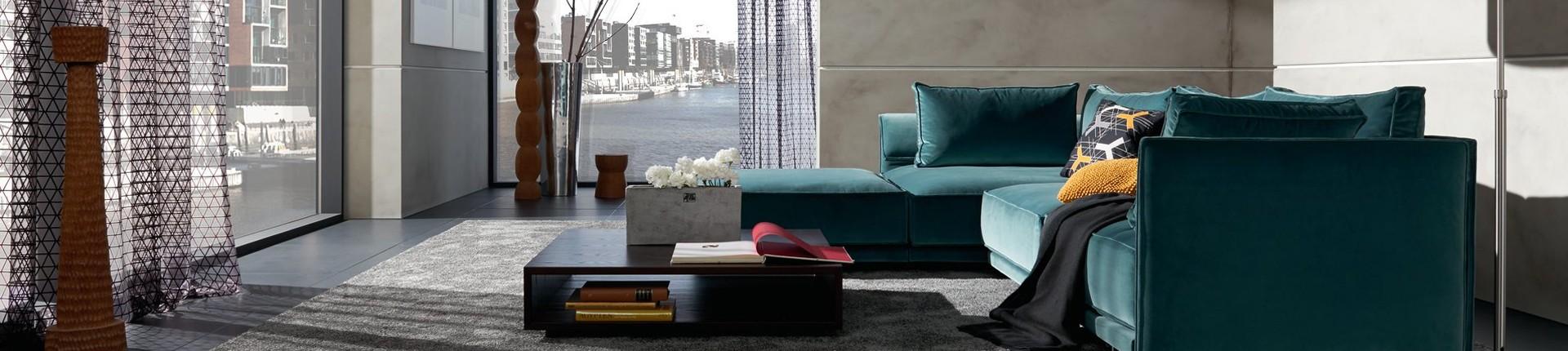 Raumausstattung im Wohnzimmer, blaues großes Eck-Sofa.