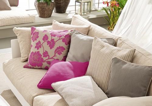 Sofa mit verschiedenen bunten Polstern.