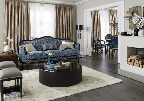Wohnzimmer mit neu gepolstertem Sofa.