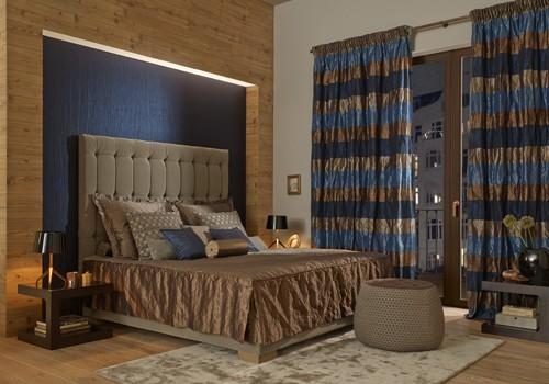 Schlafzimmer mit langen blau gestreiften Vorhängen