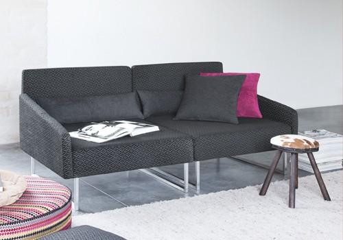 Sitzkombination mit schwarzen und pinken Polster-Kissen.
