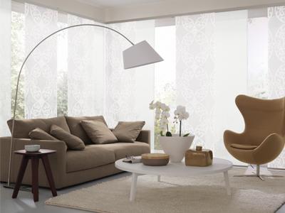 Sonnenschutz im Wohnzimmer. Ein Sofa mit Beistelltisch und Sessel von Raumausstatter Felbermeier.