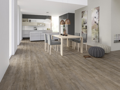Holzboden in der Küche, schöner Bodenbelag. Raumausstatter Felbermeier in Pöttmes bei Augsburg.