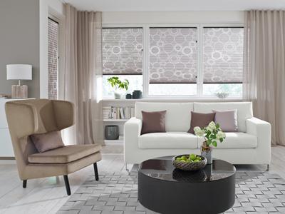 Sonnenschutz im Wohnraum. Ein weißes Sofa mit braunem Sessel und Beistelltisch.