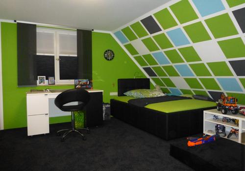 Kinderzimmer mit bunter Wandgestaltung.
