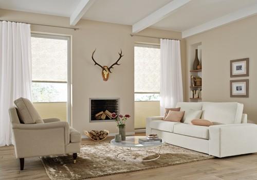 Wohnzimmer mit zwei Sofas.