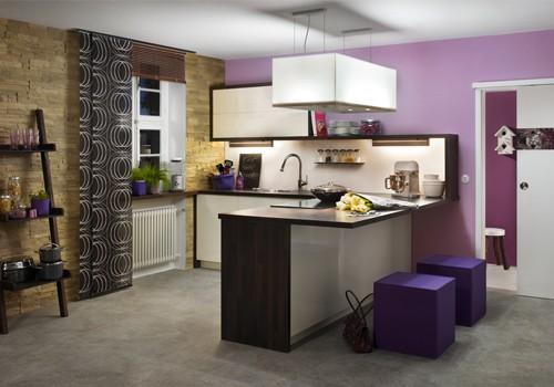 Küche mit bunter Wandgestaltung. Lila und dunkle Grautöne bringen Farbe ins Spiel.
