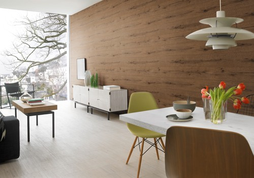 Tapete in Holzoptik an einer Küchenwand.