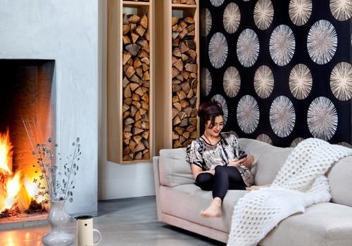Wohnzimmer mit bunt gemusterter Tapete.