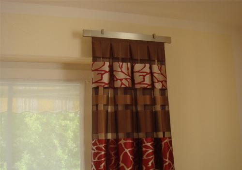Schwebende Gardinenstangen und Gardinenhalterungen sind modern.